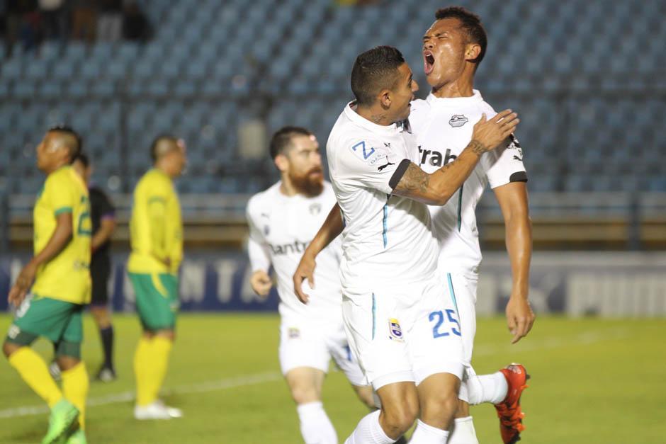 Jorge Aparicio festeja con el panameño Rolando Blackburn, luego del segundo gol de los Cremas.(Foto: José Dávila/Soy502)