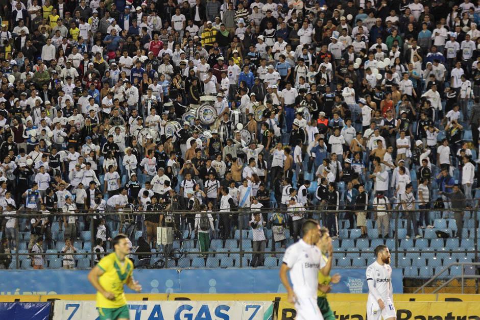 La porra de Comunicaciones, Ultra Sur, animó a su equipo desde los graderíos.(Foto: José Dávila/Soy502)