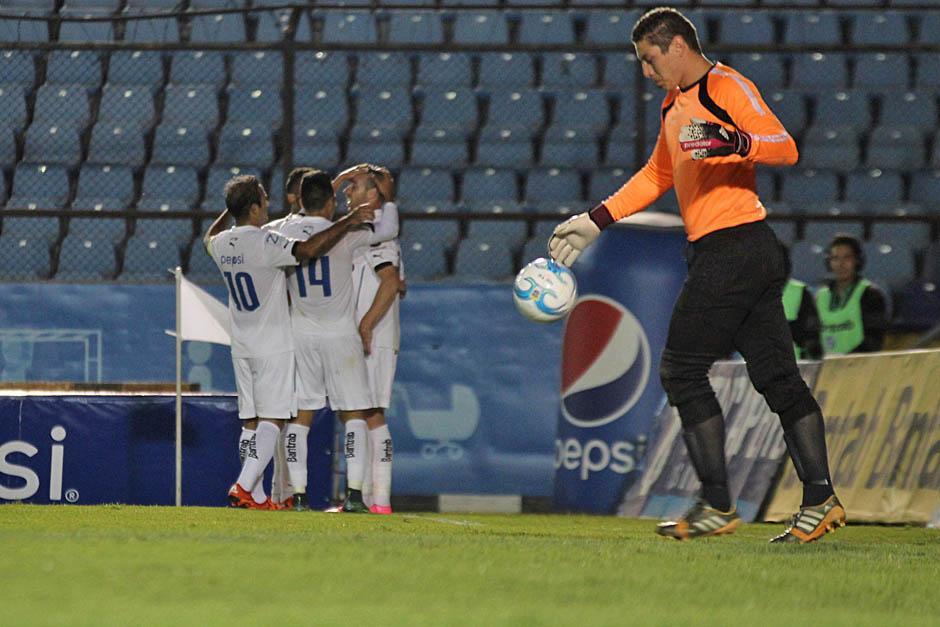 Al fondo los Cremas celebran el gol de Emiliano López, el tercero en el primer tiempo. En la imagen, el portero costarricense Minor Álvarez, se lamenta.(Foto: José Dávila/Soy502)