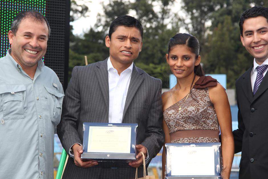 Erick Barrondo acompañado de Mirna Ortiz quien también fue galardonada por sus triunfos a nivel internacional. Foto Luis Barrios/Soy502