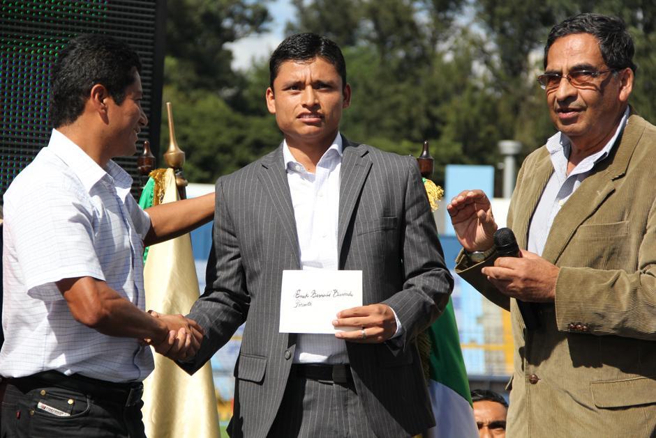 Erick Barrondo recibiendo la distinción de Atleta del Año 2013, acompañado de las autoridades de la Federación de Atletismo. Foto Luis Barrios/Soy502