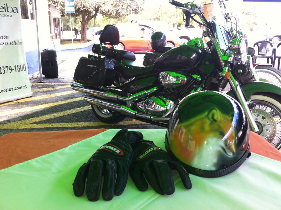 El casco de Eddy Villadeleón adornado con un zorro. (Foto: Antonio Ordoñez/Soy502)