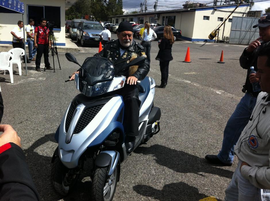 Villadeleón probó algunas de las motos que viajarán a Esquipulas el sábado con la Caravana del Zorro. (Foto: Antonio Ordoñez/Soy502)