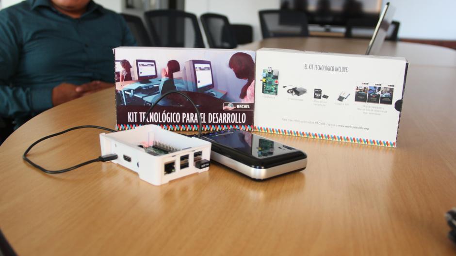 El equipo es básico para conectarse a una red de computadoras y también para la emisión de señal wifi. La micro SD contiene más de 50 gigabytes de información adecuada para la educación primaria. (Foto: Nimsi Rosales/Soy502)
