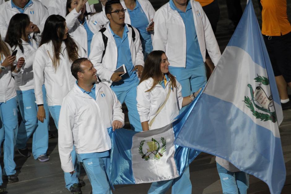 Enrique Brol, de tiro, y Stephanie Brand, de ecuestres, escoltas de la bandera guatemalteca. (Foto: Comité Olímpico Guatemalteco)