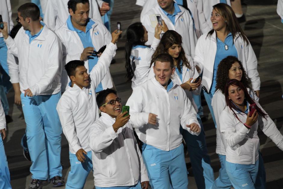 La alegría de los deportistas guatemaltecos en la cereminia de apertura de los Juegos Panamericanos de Toronto 2015. (Foto: Comité Olímpico Guatemalteco)
