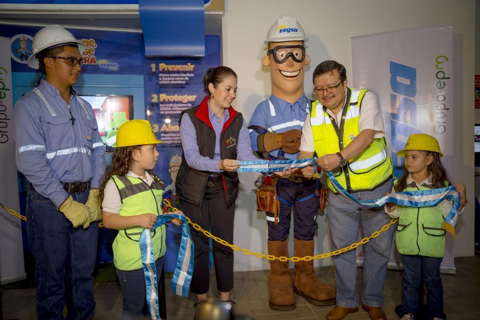 Ricardo Méndez, gerente comercial de EEGSA, cortando la cinta inaugural junto a representante de Divercity.(Foto: George Rojas/Soy502)