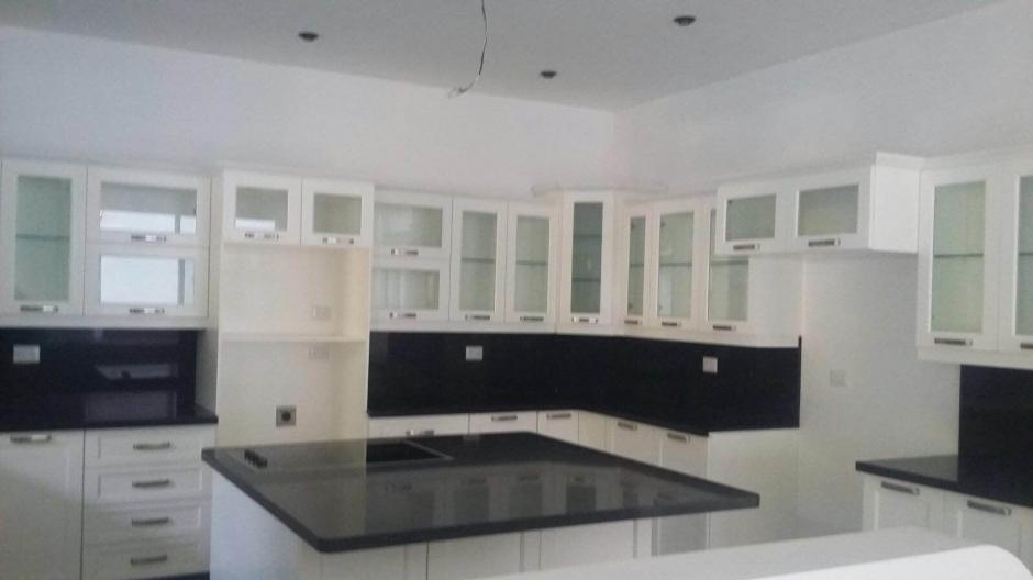 Vista de la cocina de una de las viviendas allanadas relacionadas al supuesto narco Manfredo Cordón. La casa estaba desocupada. (Foto: MP)