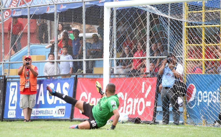 Así superó el remate de Kamaini Félix a Marvin Barrios, portero de Marquense. (Foto: Luis Barrios/Soy502)