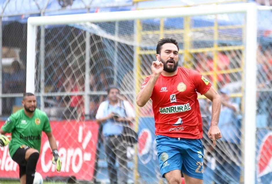 El mexicano saltó sobre la gente para celebrar el gol. (Foto: Luis Barrios/Soy502)