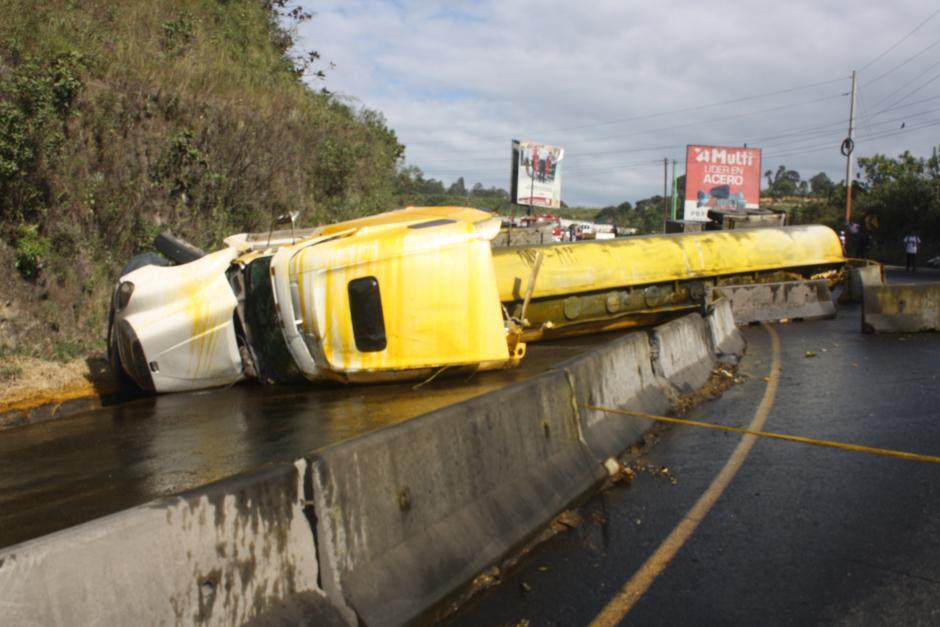 El camión cisterna volcó en el kilómetro 23 de la ruta al Pacífico provocando caos vial. (Foto: Bomberos Voluntarios)