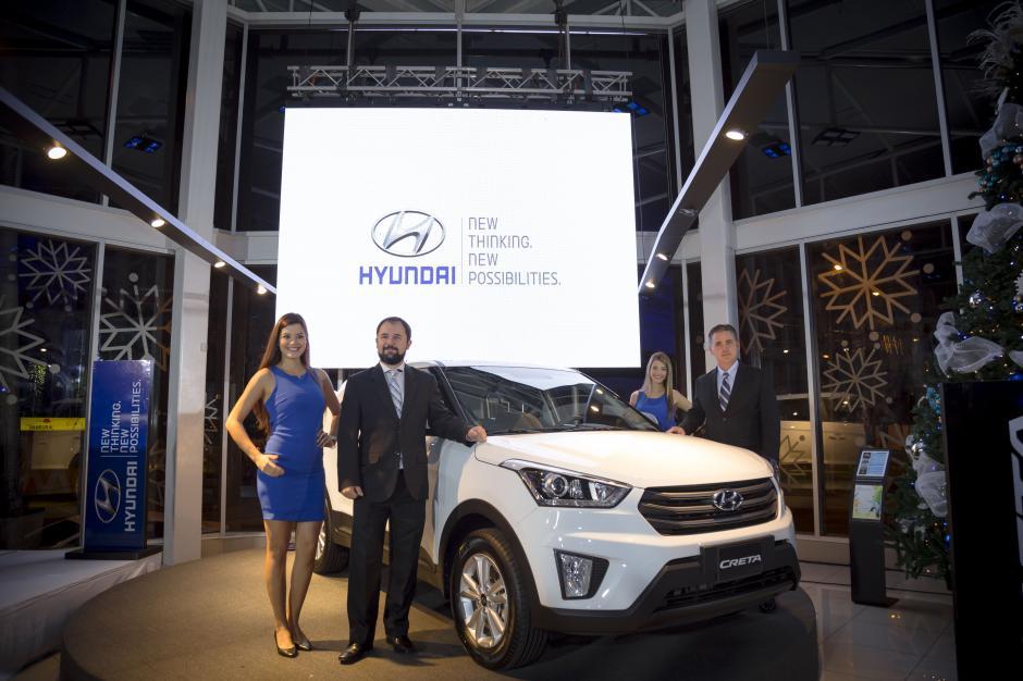 José Enrique Rubio, gerente de marca de Hyundai Guatemala y Cristian Siebold, gerente general de Tecún Automotores, presentan la nueva Hyundai Creta. (Foto: George Rojas / Soy502)