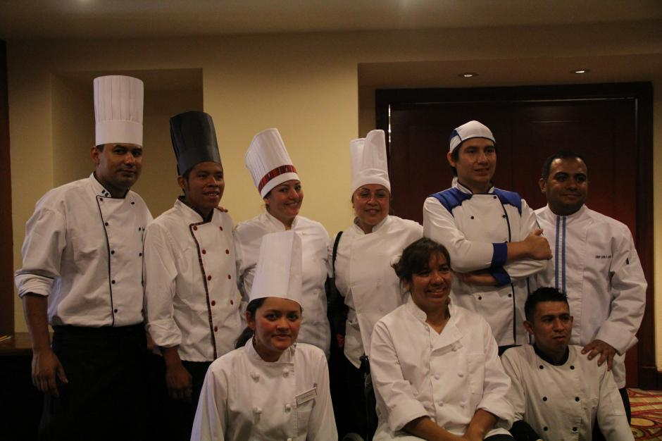 Los 12 concursantes preparan sus mejores recetas para ser aceptados en la Selección Guatemalteca de Repostería. (Foto: Alexis Batres/Soy502)