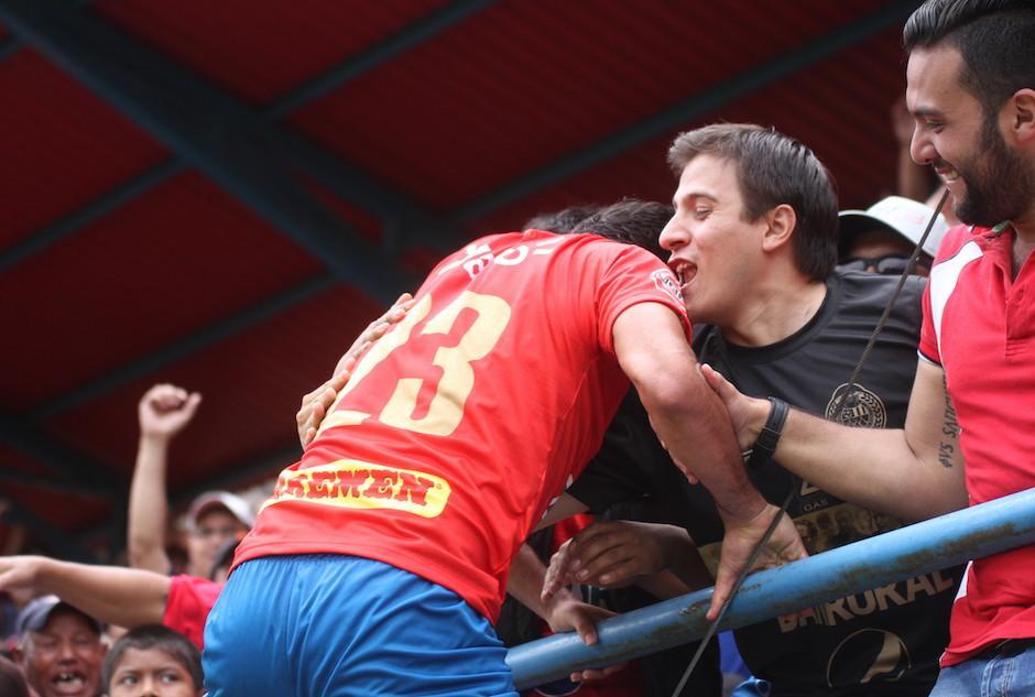 Los aficionados abrazaron y celebraron con Kamiani Félix. (Foto: Luis Barrios/Soy502)