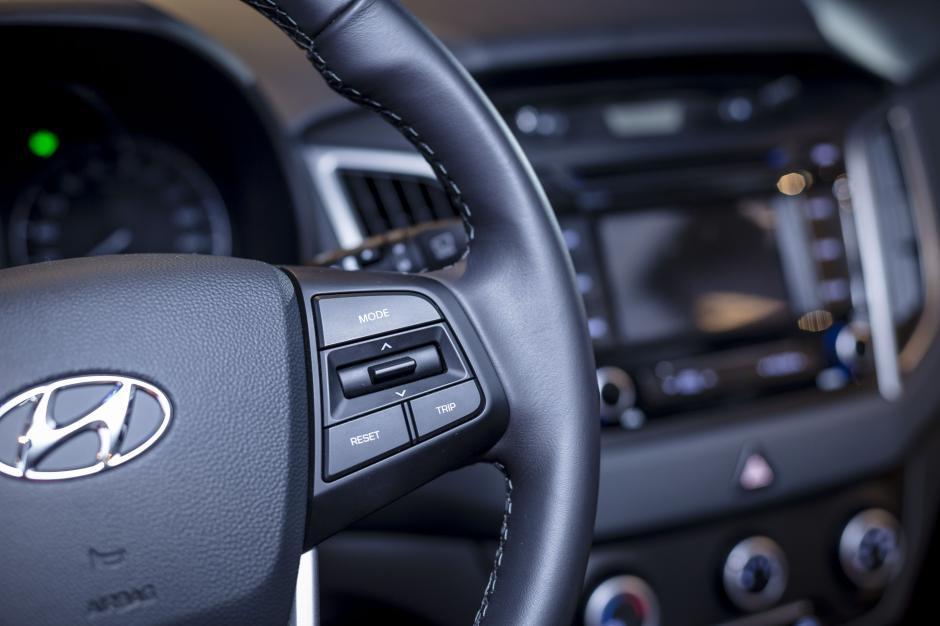 Mandos de radio al volante y bluetooth son parte del equipamiento de la nueva Creta.(Foto: George Rojas / Soy502)