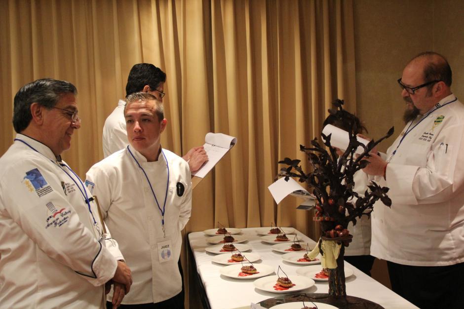 Los jueces evaluaron la presentación y el sabor del postre de cada uno de los participantes. (Foto: Alexis Batres/Soy502)
