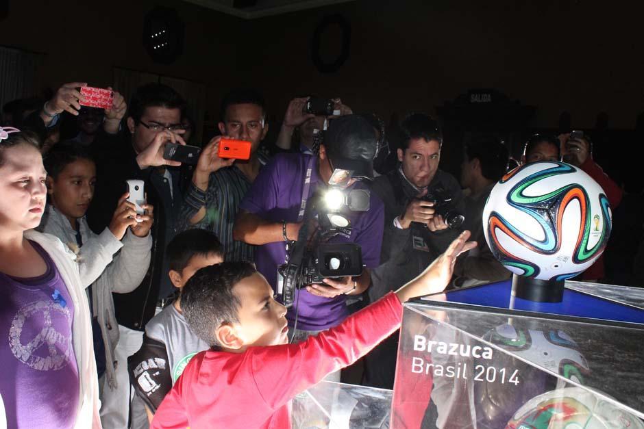 La llegada del Brazuca atrajo a decenas de seguidores en Guatemala. (Foto: Stanley Herrarte)