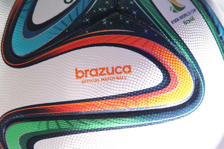 El nuevo balón fue presentado esta semana en Brasil y llegó ayer a Guatemala. (Foto: Stanley Herrarte)