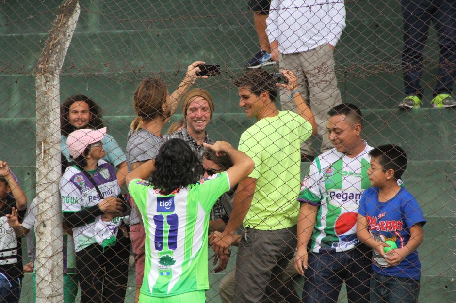 Agustín Herrera fue otro de los jugadores a quienes les solicitaron fotos y autógrafos. (Foto: Fredy Hernández/Soy502)
