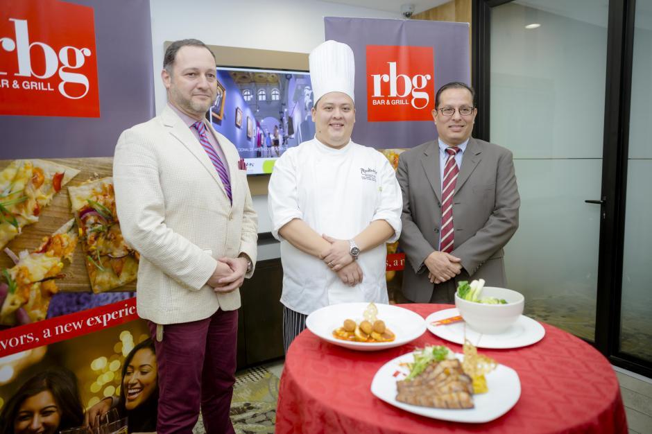 Representantes de Grupo Azur, junto al chef Guillermo Castillo presentaron los nuevos platillos. (Foto: George Rojas /Soy502)