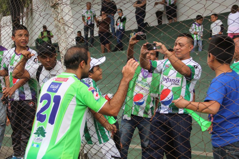 """Desde las gradas no dejaban de gritar el nombre del """"Moyo"""" en búsqueda de una foto del recuerdo. (Foto: Fredy Hernández/Soy502)"""