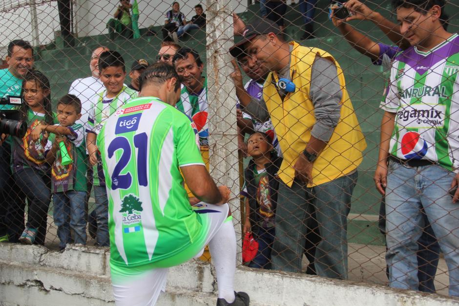 Contreras repartió autógrafos a decenas de aficionados. (Foto: Fredy Hernández/Soy502)