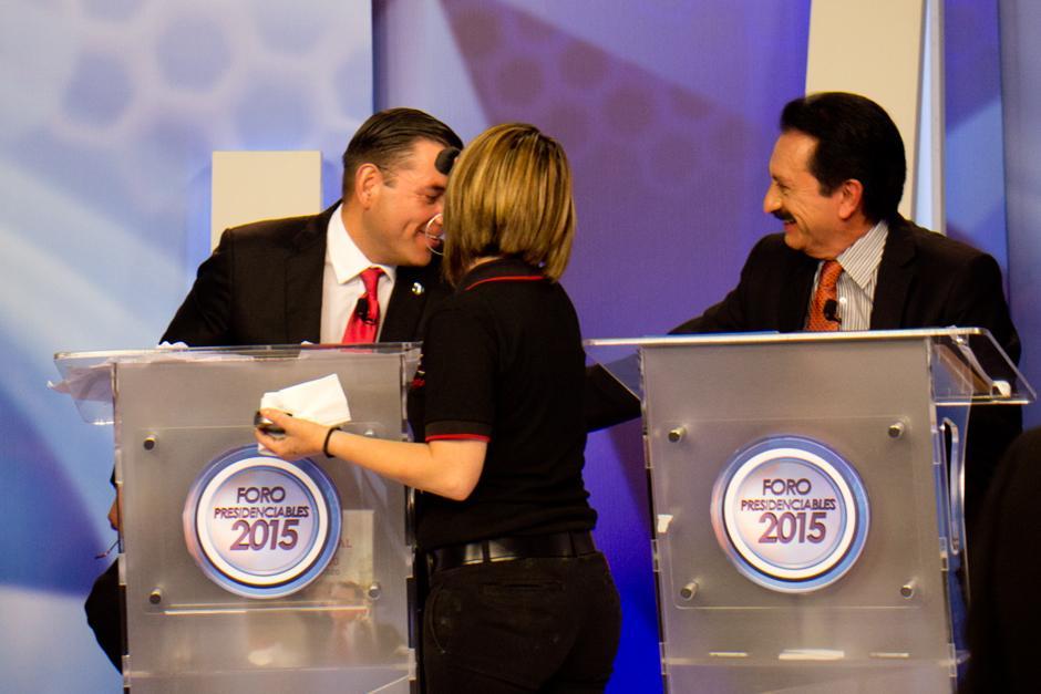 Durante un corte comercial Mario David García, del PP, parece llevarse muy bien con Manuel Baldizón, de Lider. (Foto: Alejandro Balán/Soy502)