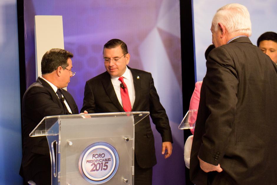 Manuel Baldizón saluda a Luis Fernando Pérez, del PRI, con un apretón de manos. (Foto: Alejandro Balán/Soy502)