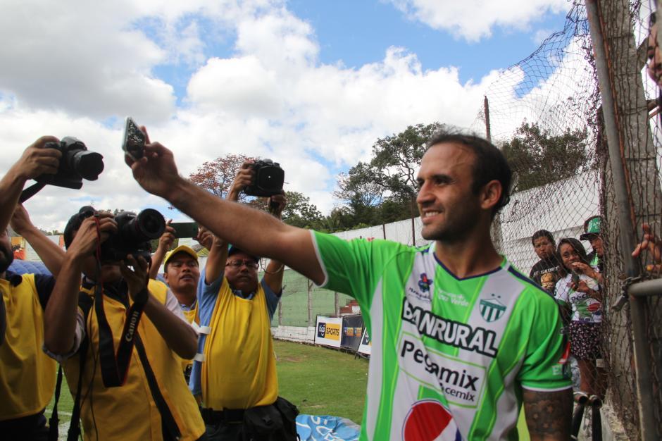 Las selfis no pudieron faltar y fueron bastantes las que le solicitaron. (Foto: Fredy Hernández/Soy502)