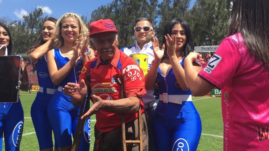 El club Municipal homenajeó a Higinio Quintana en la previa del partido. (Foto: Luis Barrios/Soy502)