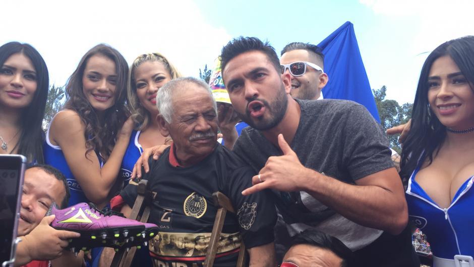 Don Higinio Quintana recibió una camisa de Municipal y los zapatos de Carlos Kamiani antes del partido. (Foto: Luis Barrios/Soy502)