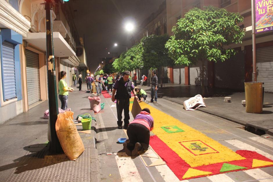 Desde la madrugada, las calles están cubiertas de serrín de colores. (Foto: Antonio Ordóñez/Soy502)
