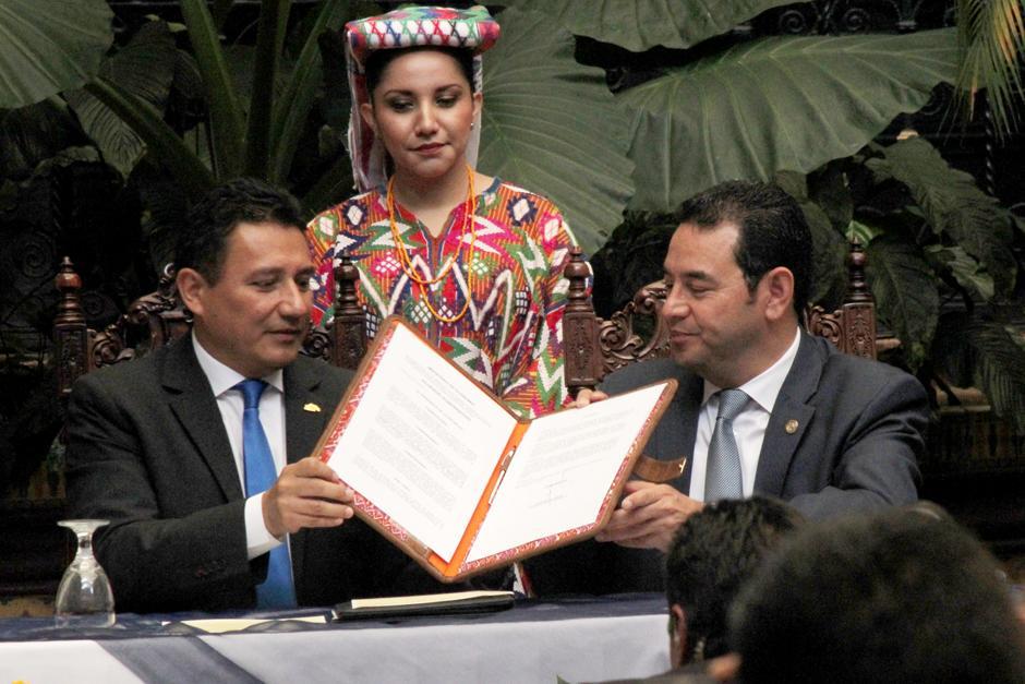 Morales sostiene junto al director del Ingual el documento firmado. (Foto: Alejandro Balán/Soy502)