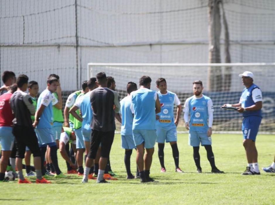 Claverí habló con el grupo durante el entrenamiento matutino del martes 15 de marzo. (Foto: Luis Barrios/Soy502)