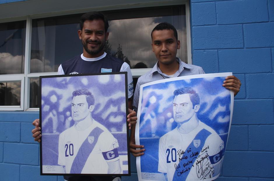 """Carlos """"el Pescado"""" Ruiz agradeció el regalo que le hizo el dibujante Edgar Lemus. (Foto: Luis Barrios/Soy502)"""