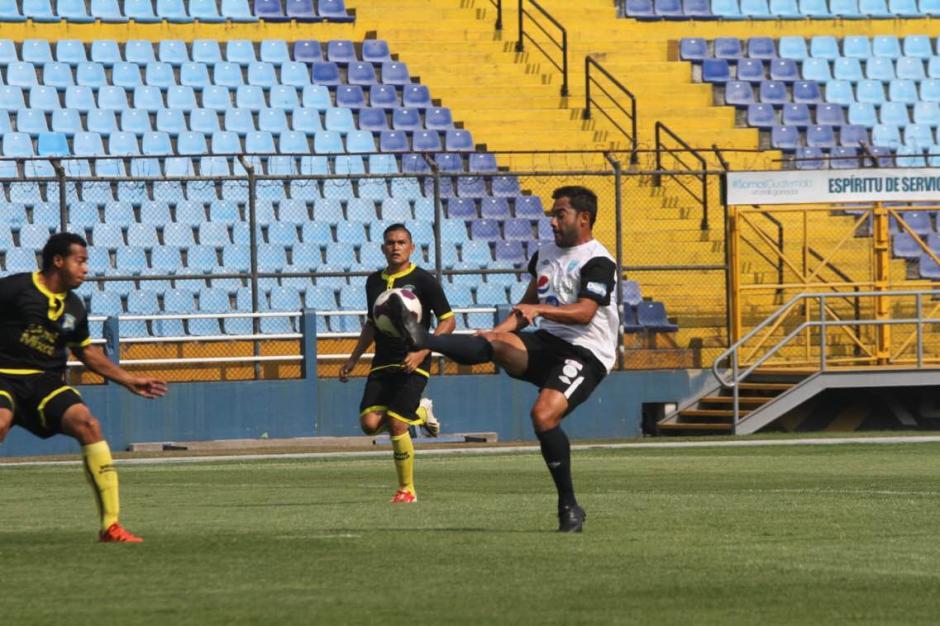 Carlos Ruiz marco un gol frente a Mixco. (foto: Luis Barrios)