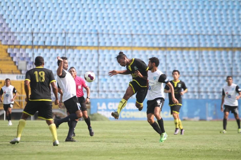 Carlos Ruiz peleó contra la zaga mixqueña. (Foto: Luis Barrios/Soy502)