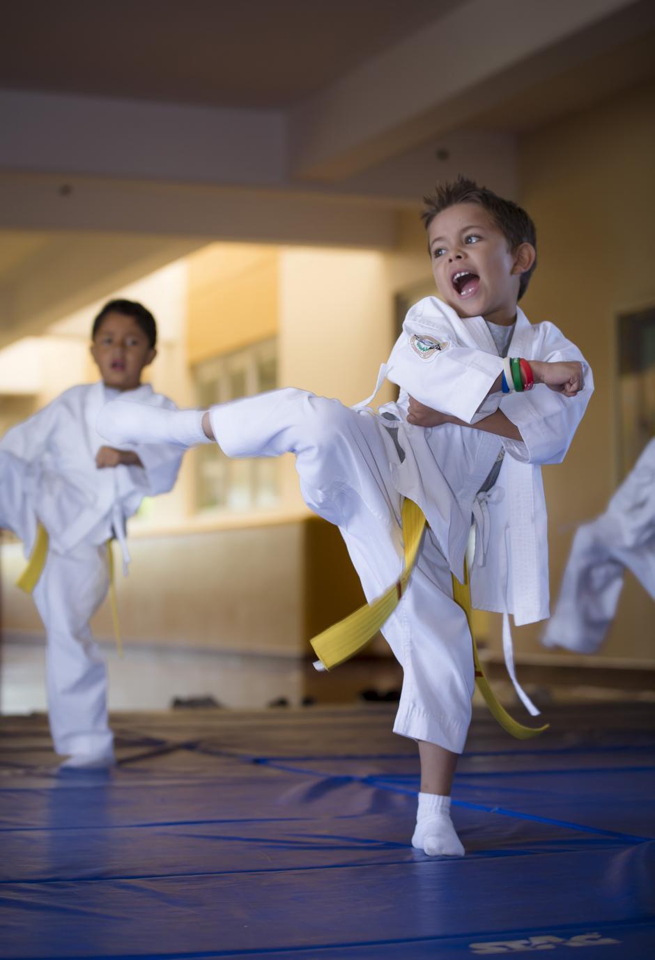 Una vez por semana los niños reciben clases de karate en las instalaciones del colegio. (Foto: George Rojas/Soy502)