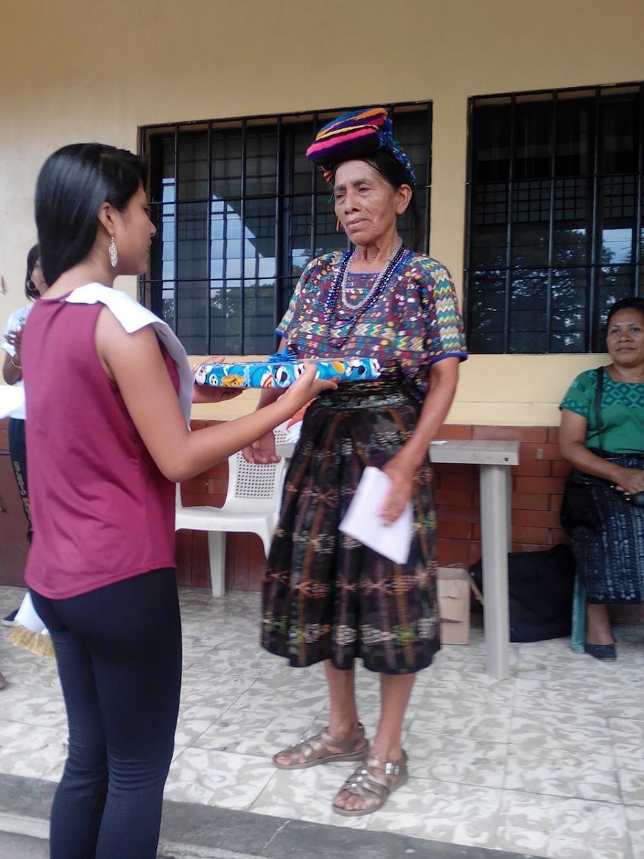 El Colegio Bautista le entregó un reconocimiento a Doña Nico por su esfuerzo. (Foto: Colegio Bautista)