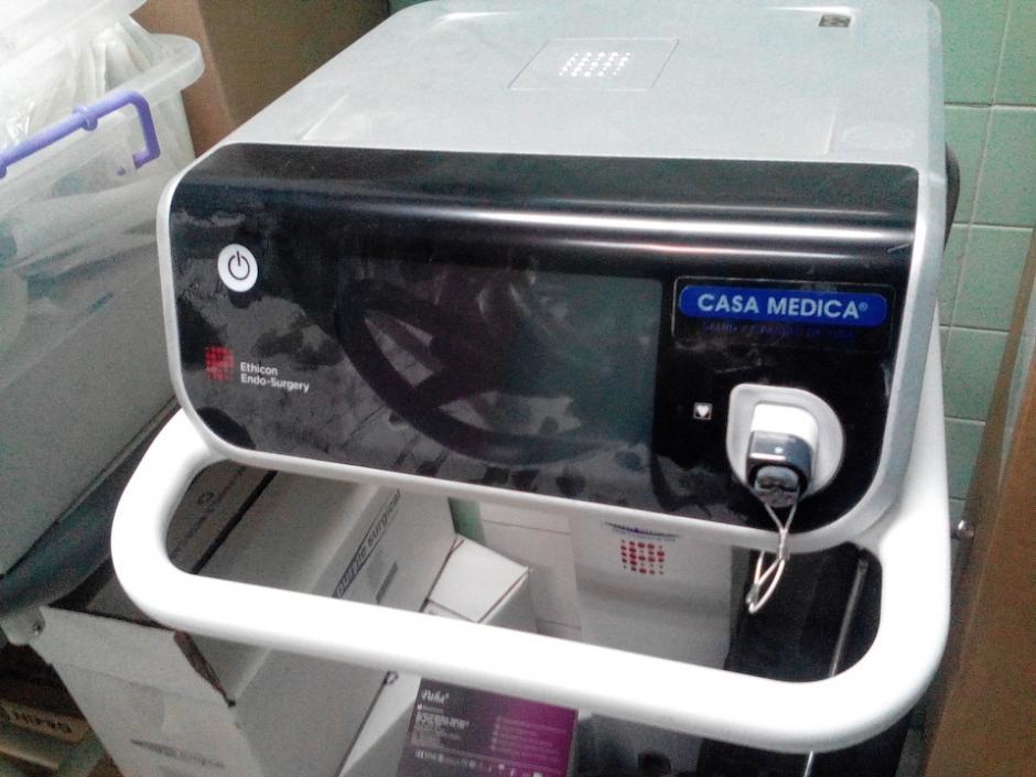 Esta es una de las máquinas adquiridas por el IGSS que se encuentra empolvada en un pasillo del área de operaciones. (Foto: Archivo/Soy502)
