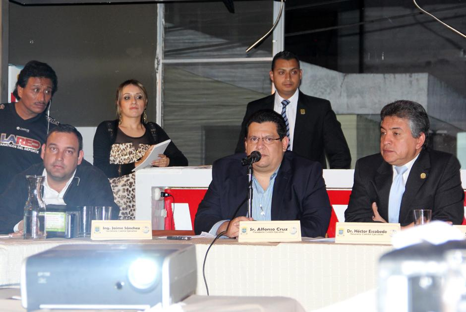 Los miembros de Comité Ejecutivo de la Liga Nacional en plena asamblea. (Luis Barrios/Soy502)