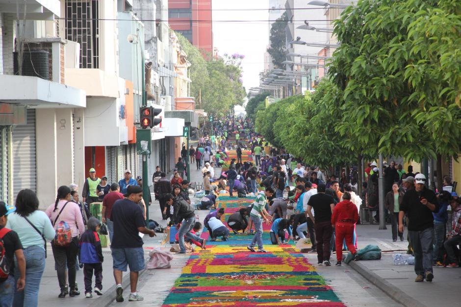 Cientos de personas colaboraron en la elaboración de la alfombra más larga del mundo, a lo largo de la Sexta Avenida. (Foto: Antonio Ordoñez/Soy502)