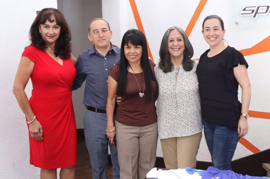 Los uniformes fueron entregados a Adela Fernández, directora de la Fundación y Verónica Arjona, hermana de Ricardo Arjona. (Foto: Archivo)