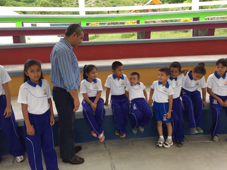 Los nuevos uniformes están hechos con la misma tela y tecnología con la que se trabajan los de colegios tipo A en Guatemala. (Foto: Archivo)