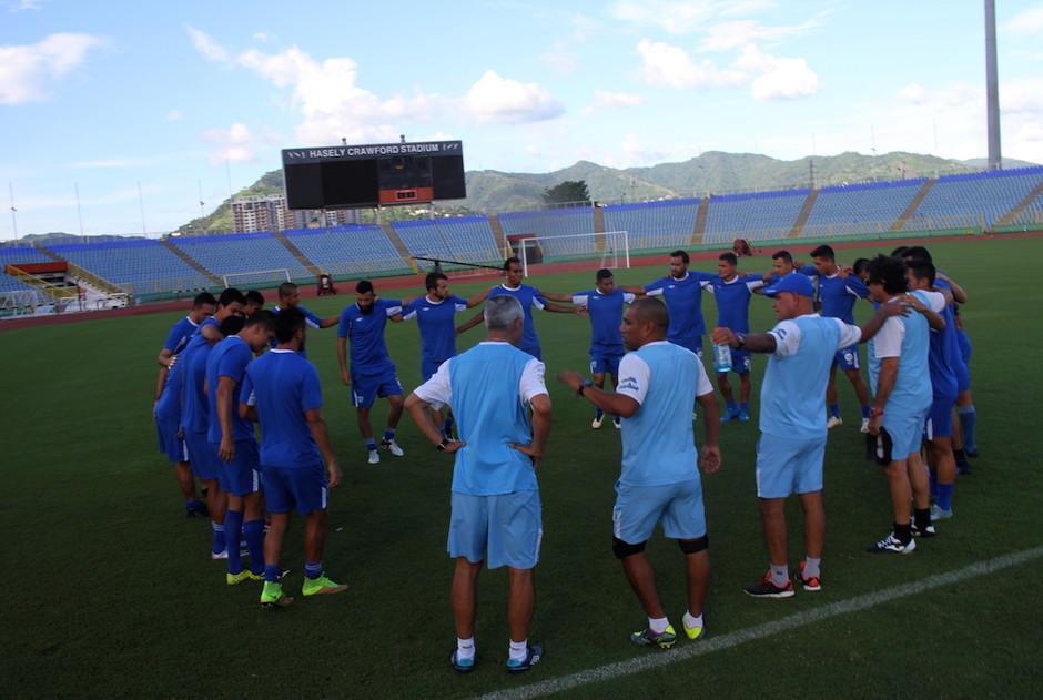 La Bicolor en su entreno en el estadio Hasely Crawford. (Foto: Luis Barrios/Soy502)