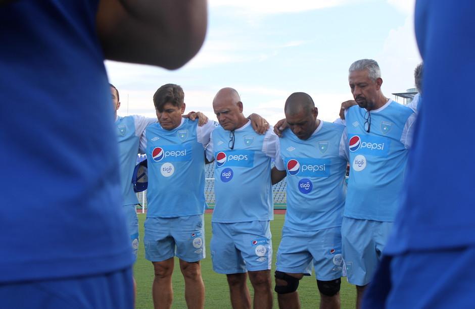 El cuerpo técnico nacional se encomienda al Creador antes del duelo frente a Trinidad y Tobago. (Foto: Luis Barrios/Soy502)