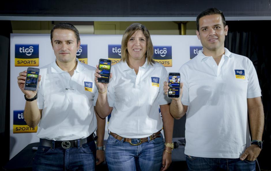 Mostrando la nueva App: Gustavo Vassaux, director digital de Tigo;María Ximena Rodríguez, directora de mercadeo de Tigo;Alejandro Orriols, gerente de servicios digitales de Tigo. (Foto: George Rojas/Soy502)
