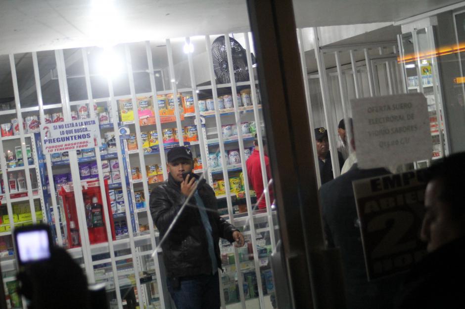 Los agentes desarmaron al guardia de seguridad, quien finalmente se entregó. (Foto: Alexis Batres/Soy502)