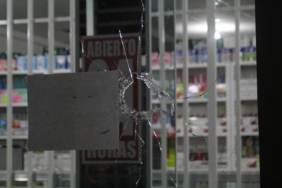 Así quedó el disparo de escopeta en el ventanal de la farmacia. (Foto: Alexis Batres/Soy502)