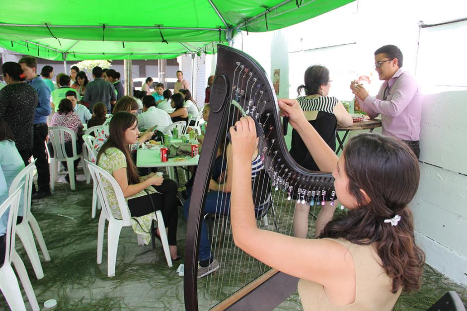 Las personas compran su comida y tienen un área donde pueden sentarse a degustar sus alimentos.(Foto: Municipalidad de Guatemala)